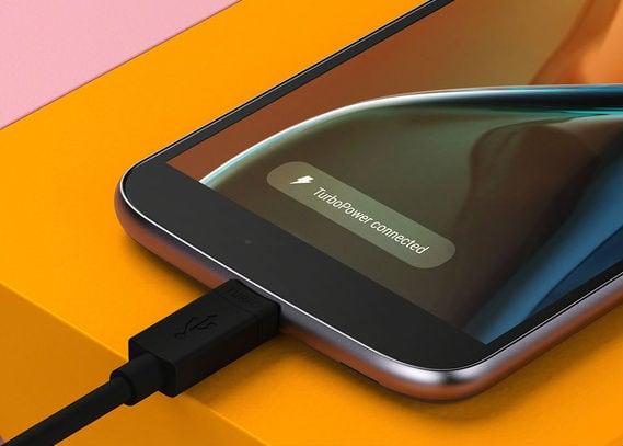 Celular da Motorola recarregando